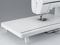 フラットで広いスペースを確保するワイドテーブル